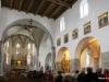 26-izletniki-si-ogledujejo-cerkev
